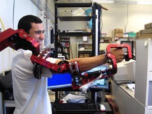 """Homme au travail """"augmenté"""" par un exosquelette"""