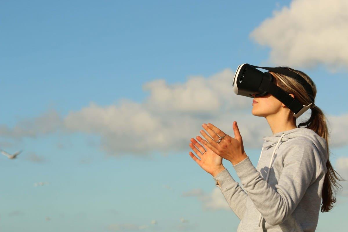 personnage avec casque réalité virtuelle