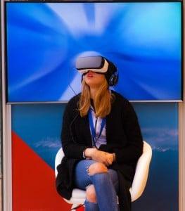 patient portant un casque réalité virtuelle