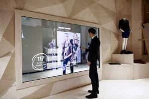 mur-miroir-connecte-interactif-shopping