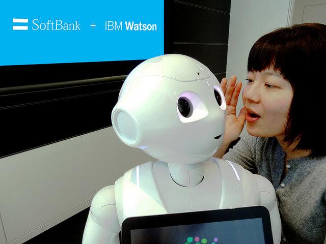Le robot assistant Pepper parle avec une femme