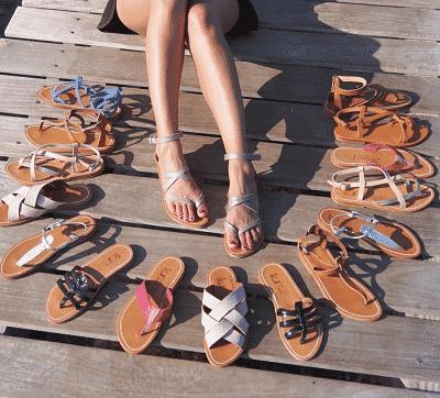 scandales Made in France portées par une femme sur un ponton entourées de pleins d'autres modèles de sandales de la marque Kjacque. Photo Instagram